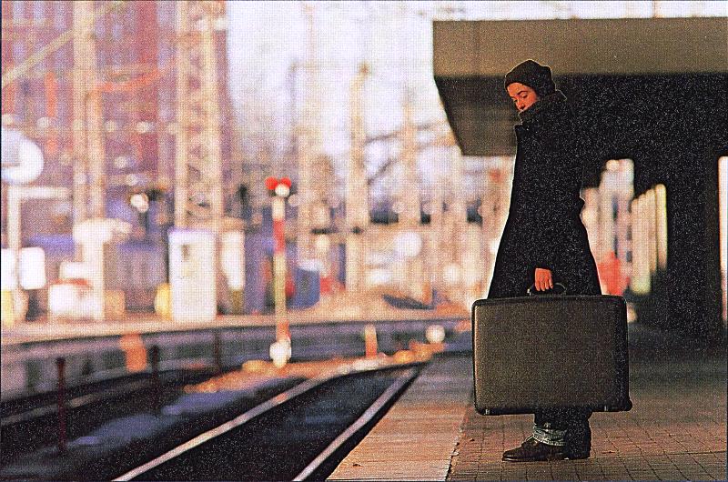 Frau im Bahnhof